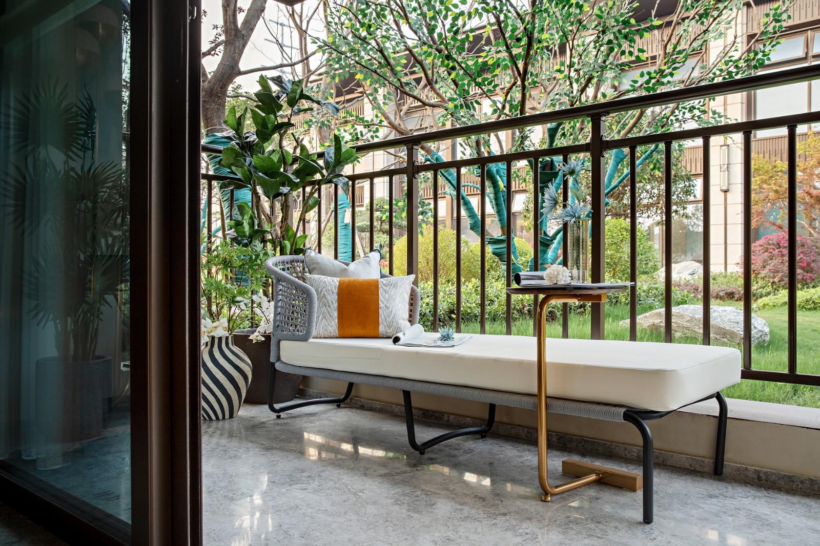 在阳台置一台舒适的躺椅,徜徉在书中世界,阳光透过绿叶将光芒洒射在书上星星点点,感受岁月静好~