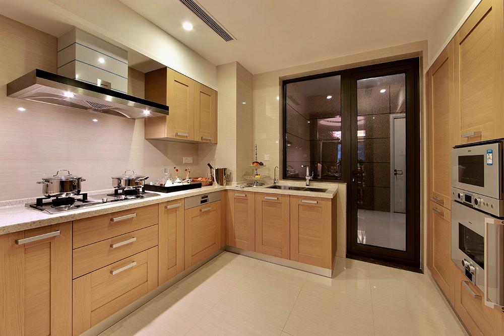 厨房呈现另外一番光景,原木色橱柜搭配白色石英石台面,整洁又温馨。