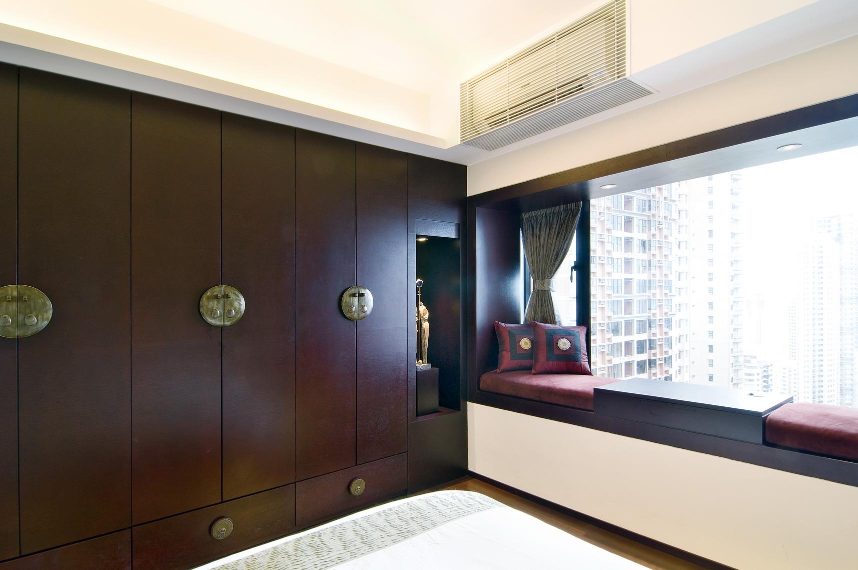 卧室整个的柔软舒适之感,其中还搭配上深红色衣柜设计,多了几分浪漫之感。