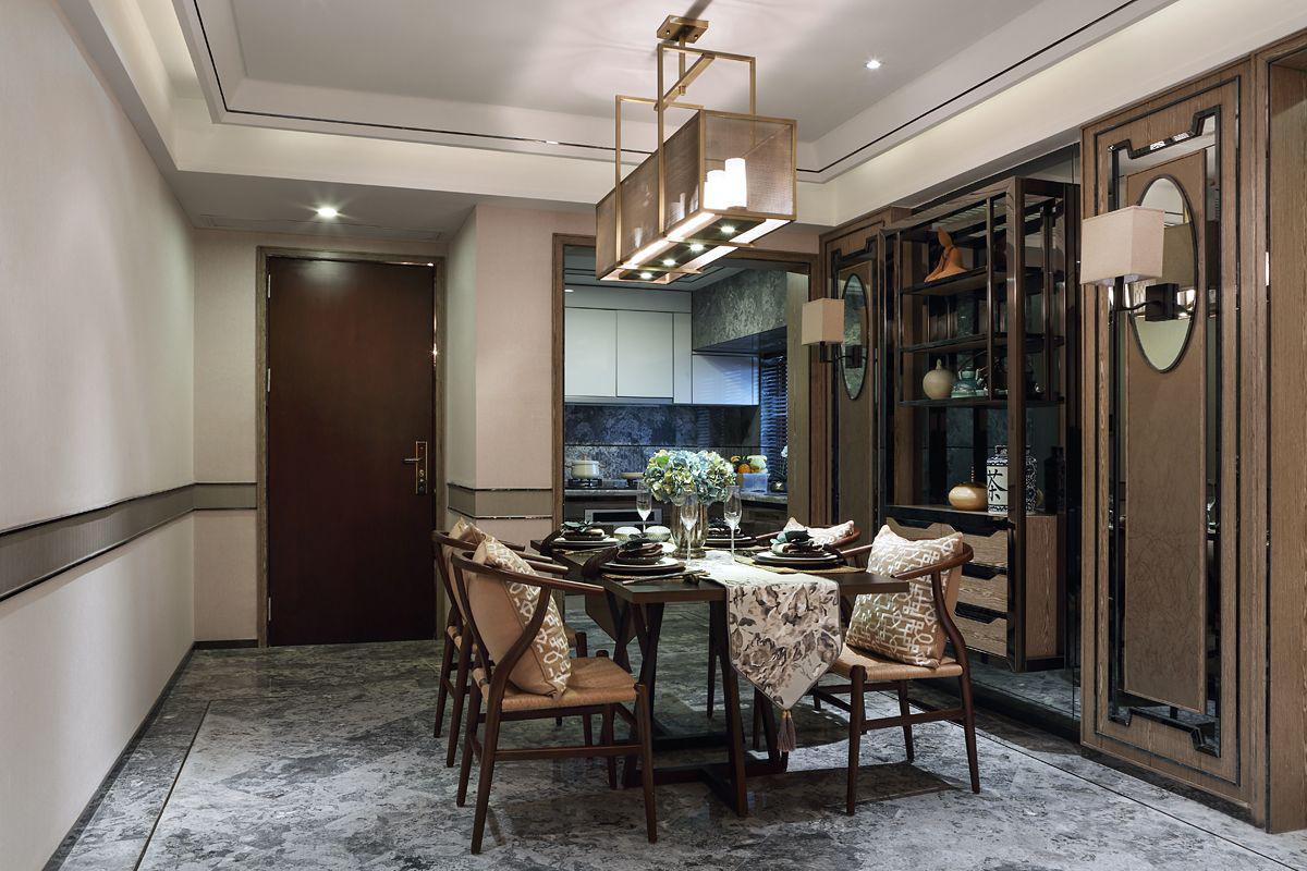 餐厅就在进门处,为了保证收纳,特意设计了餐边展示柜,美观与实用共存。