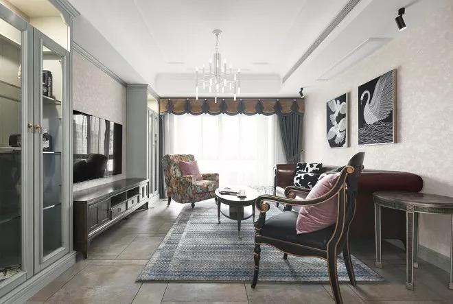 简约欧式设计打造古典客厅氛围的同时,更多展示出一种现代化的简洁时尚。白纱帘放入大量的光线。