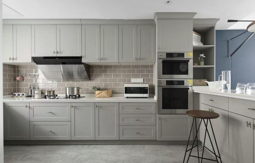 厨房为开放式,业主平时烹饪较少,厨房改造后和客餐厅融为一体,让整个空间不繁琐,变得简单通透。