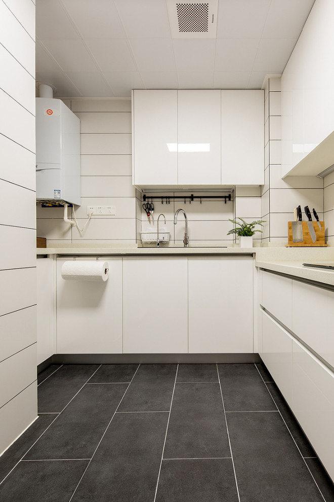 灰色地板既耐脏,又耐看,美观且实用,两面墙壁的交界处用白色的瓷砖粘贴,整体布局显得层次分明。