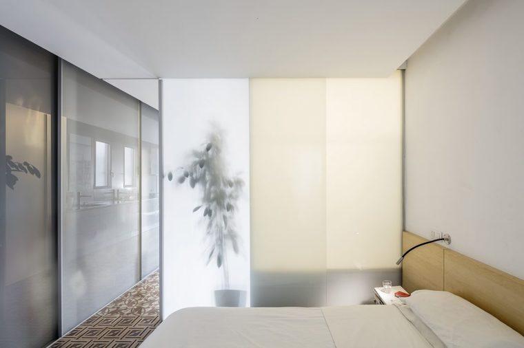 隔间处采用半透明的玻璃材质。