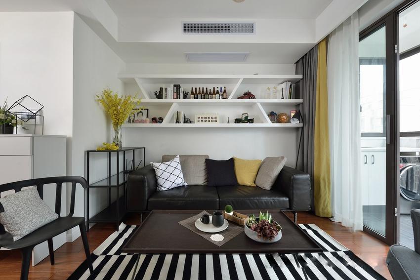 客厅沙发背景墙用装饰画点缀效果很好,屋主选择了一种比较实用的方法。