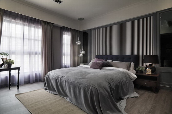 在床头描绘黑白分明的线条,侧边则挂上金属吊灯,搭配深色窗帘,营造沉稳却富层次的感受。