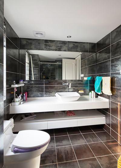 黑色瓷砖让卫生间变得个性十足,同时深色也更耐脏更易打理。
