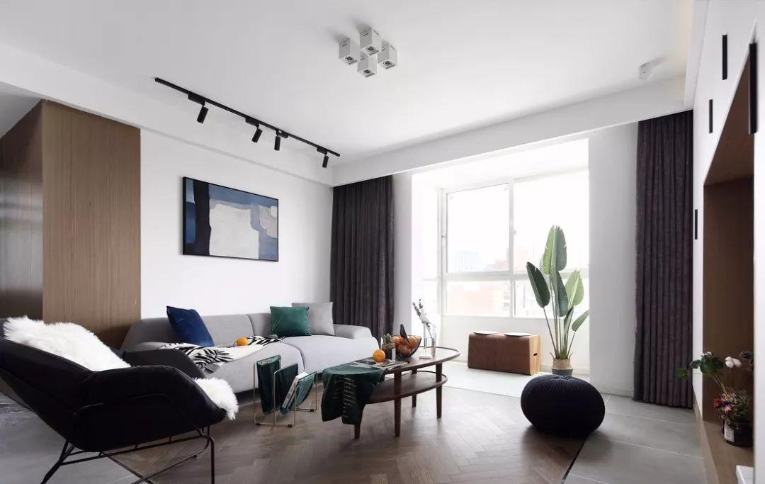 色彩搭配以白、黑、灰以及浅木色为主,人字形木地板也营造出一种高贵自然的氛围。