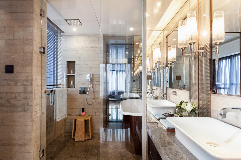 卫生间是 通往卧室的走道和卫生间干区合并,利用新建墙体厚度,做出一个具有强大镜柜。