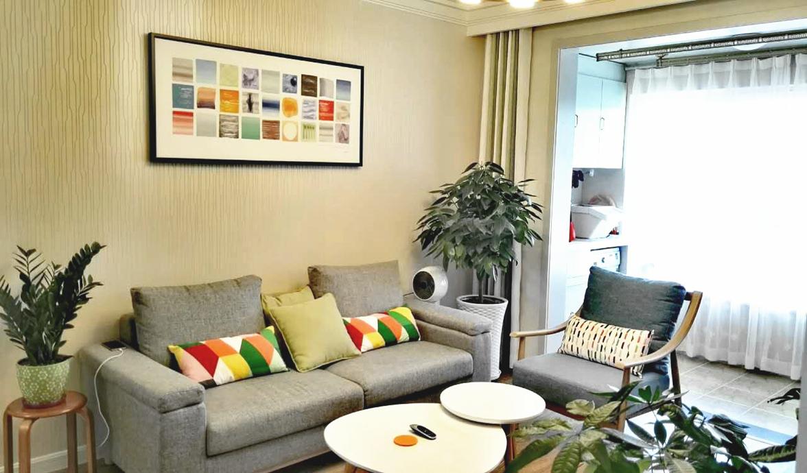 简约和色彩的混搭碰撞,让客厅有了浓厚的生活气息。