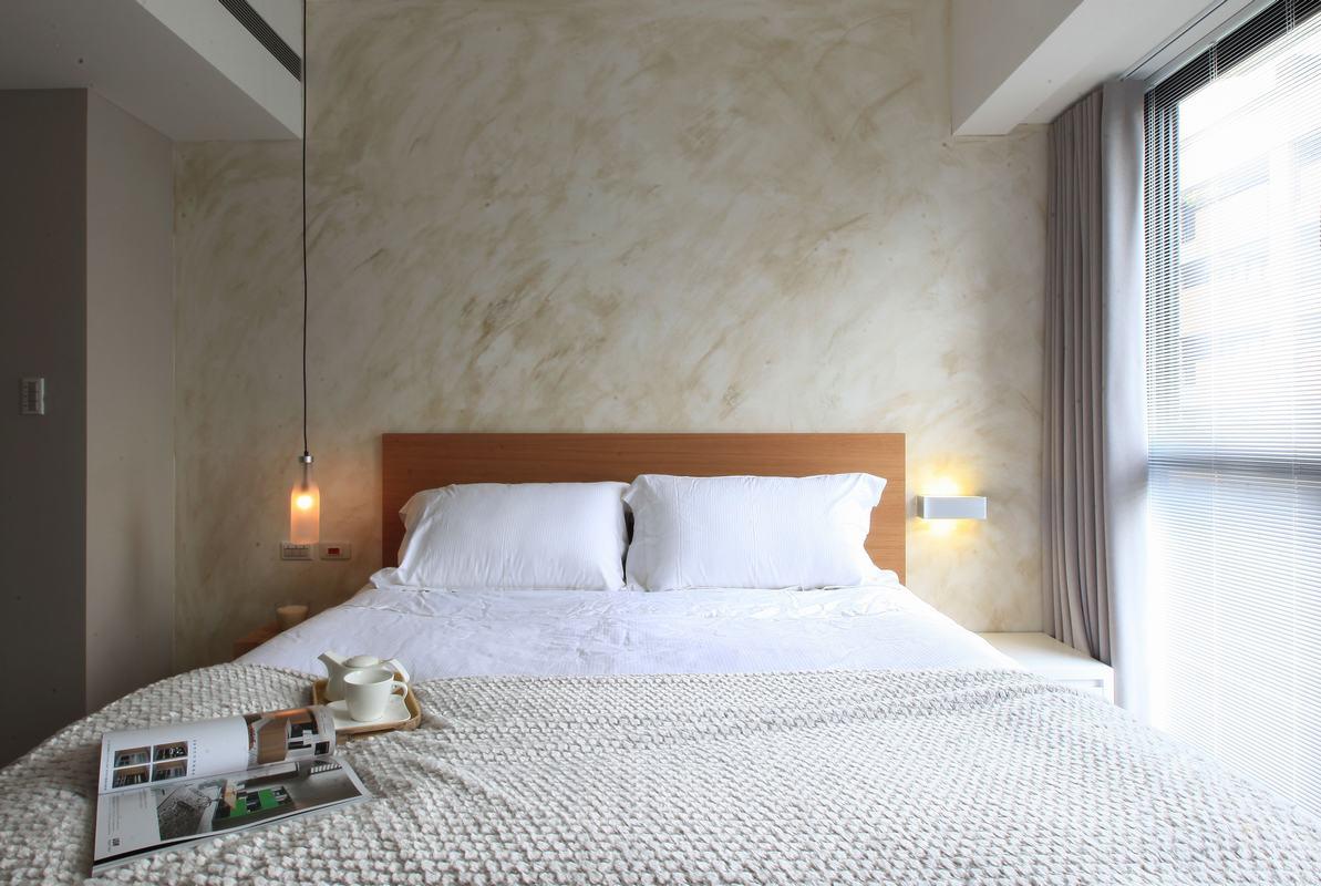 卧室整个造型简约朴素,旁边还有精致的吊灯,还有阳光可以照到床上,温馨而舒适