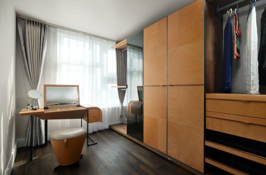 化妆台和衣柜进行一体式定制设计,可以更好的利用空间