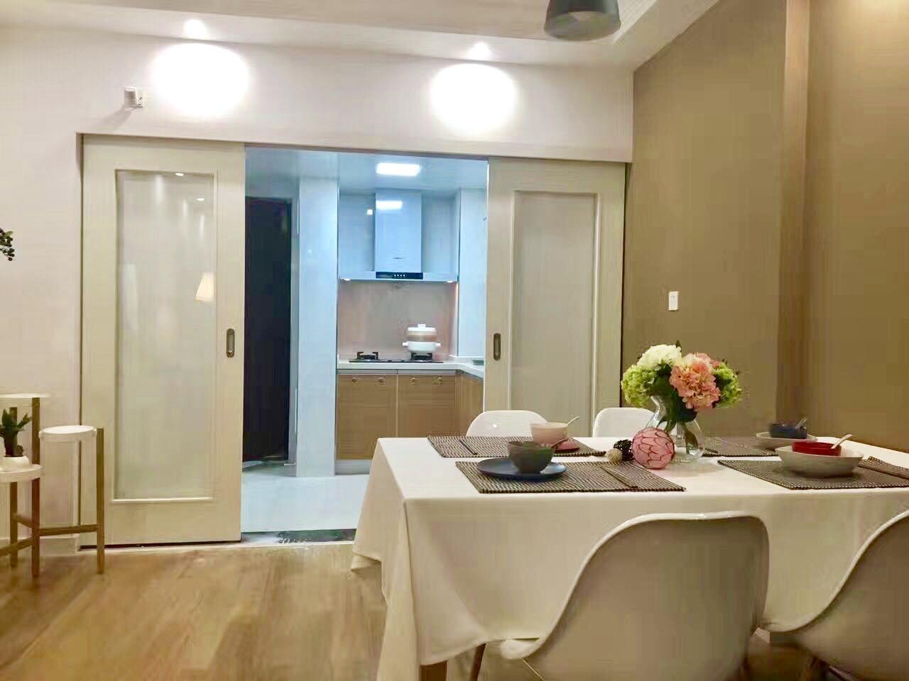亚麻色墙壁碰撞到厨房亮白色,加上桌面花团锦簌,整个空间浪漫又不失温婉气质。