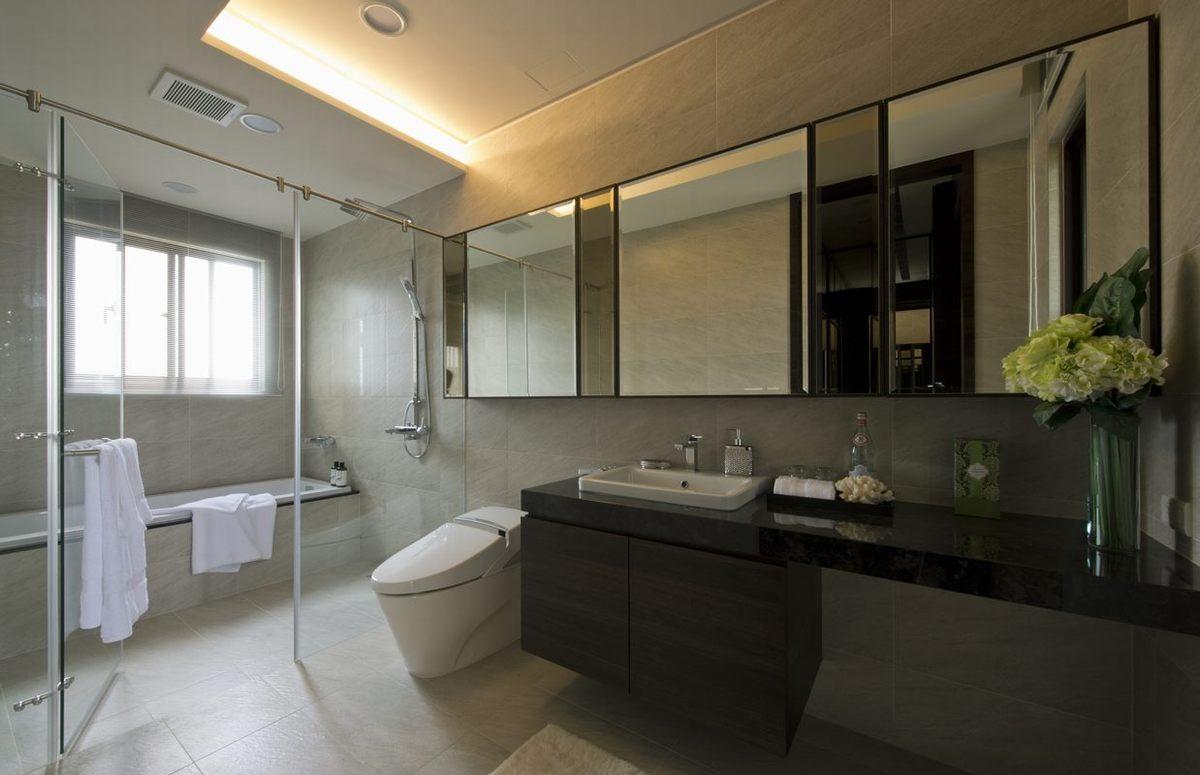 卫生间全部贴上防滑瓷砖,从地面到墙壁,延边做了收纳柜。