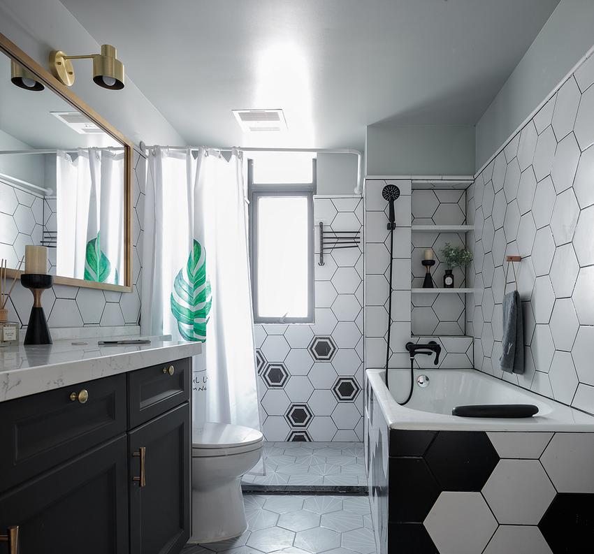 主卫改成更衣室后,唯一的卫生间在功能上更齐全。