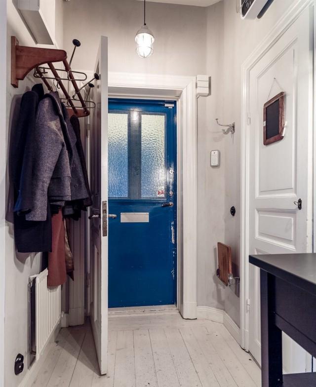 另一侧在墙壁上粘一个挂钩,常穿的大衣聚集在一起,出门时随手可拿。