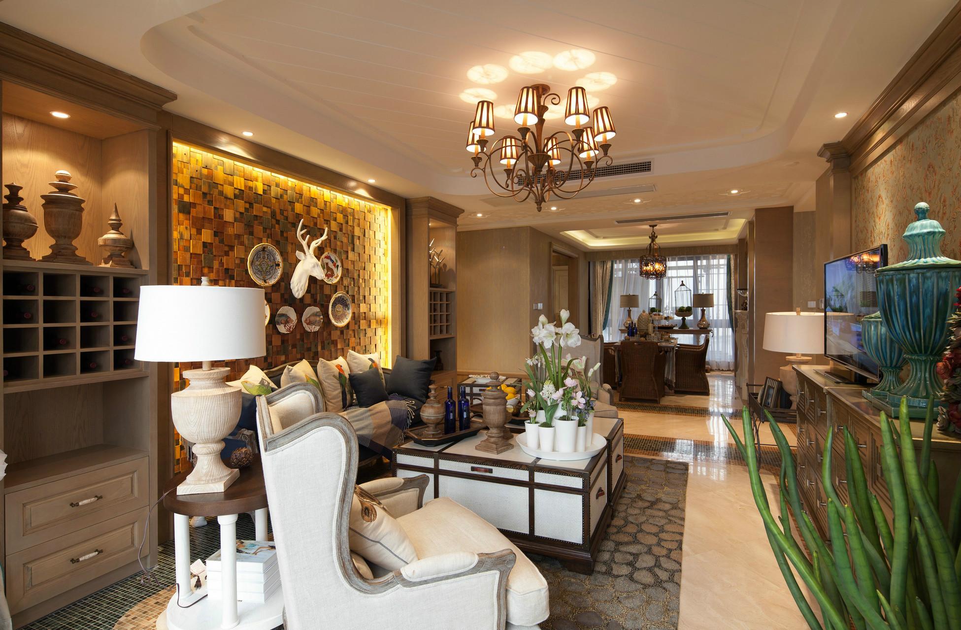 餐厅与客厅二合一,巧妙地划分好区间,营造出一种朦胧的奢华感。