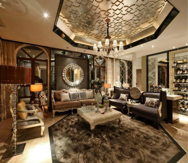 客厅空间格局上非常的恢弘大气,设计师以雍容华贵的特点进行打造,追求空间上的精致和浪漫。