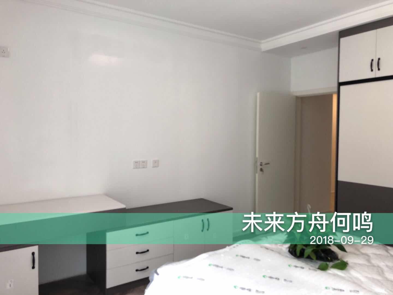 白色墙面简洁舒适,灰色让空间更有质感,矮柜设计突出了层次和造型感。
