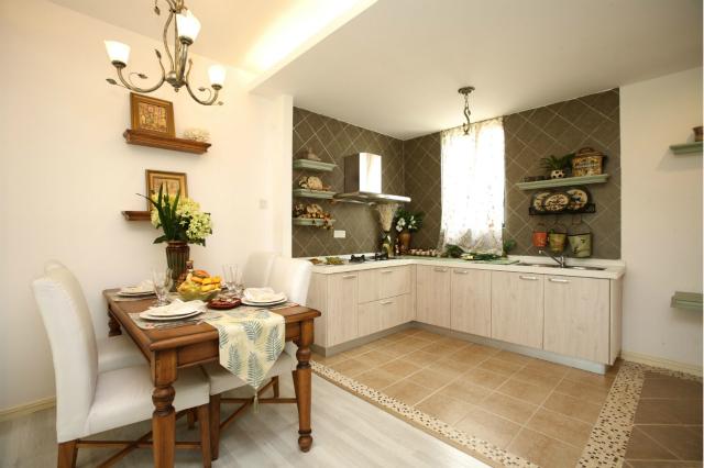 厨房采用开放式设计,紧邻餐厅方便快捷,餐厅家具的布局颇有田园风情。
