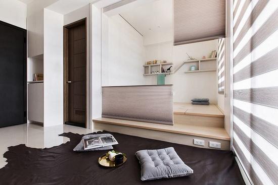 客厅刻意不摆放沙发,铺上地毯形成可随性坐卧的地方,若来访亲友人数多,架高木地板的台阶可以当座位区。