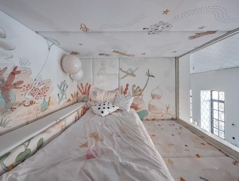 利用建筑的层高优势,搭了一个二层,通过攀爬达到孩子们的游乐场和睡眠区
