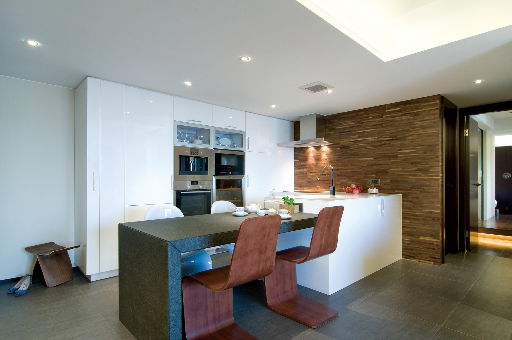 餐厅厨房是二合一的,地灰色纹络状的大理石的材质的搭配铺贴,整个空间通透而洁净。