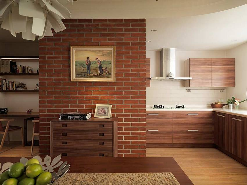 红砖装饰的墙面复古雅致,仿原木材质的橱柜十分清爽,灶台上方的瓷砖墙面方便清洁。