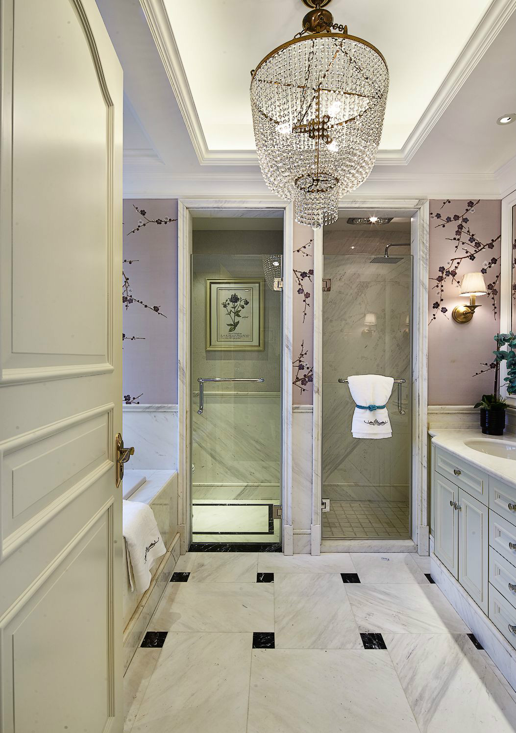 衛生間做了腰線設計,凸顯空間層次感;在白凈靚麗的環境中融入梅花,藝術氣息撲面而來。