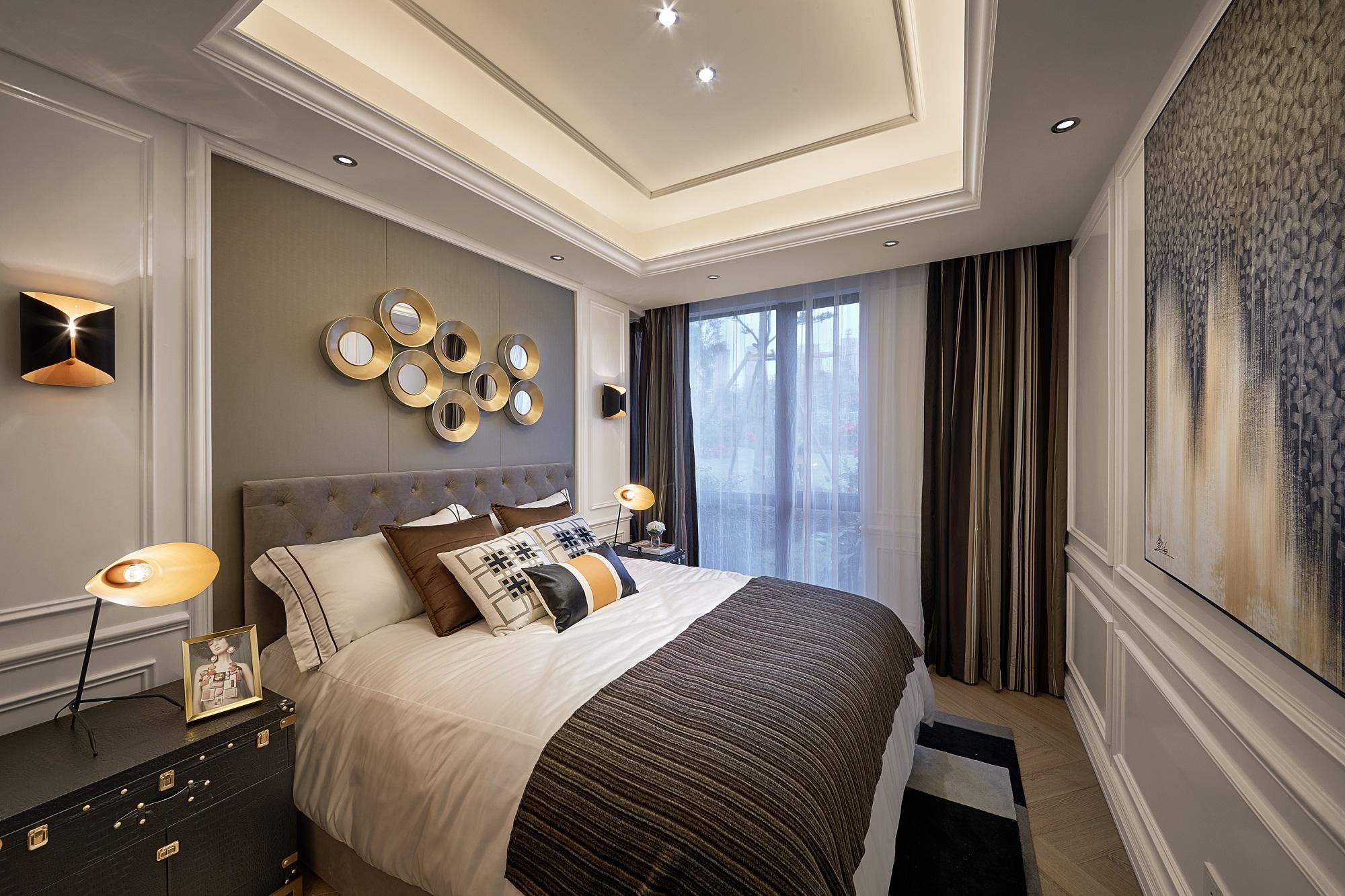 卧室背景墙立体感十足,落地窗搭配纱帘更能营造空间氛围。