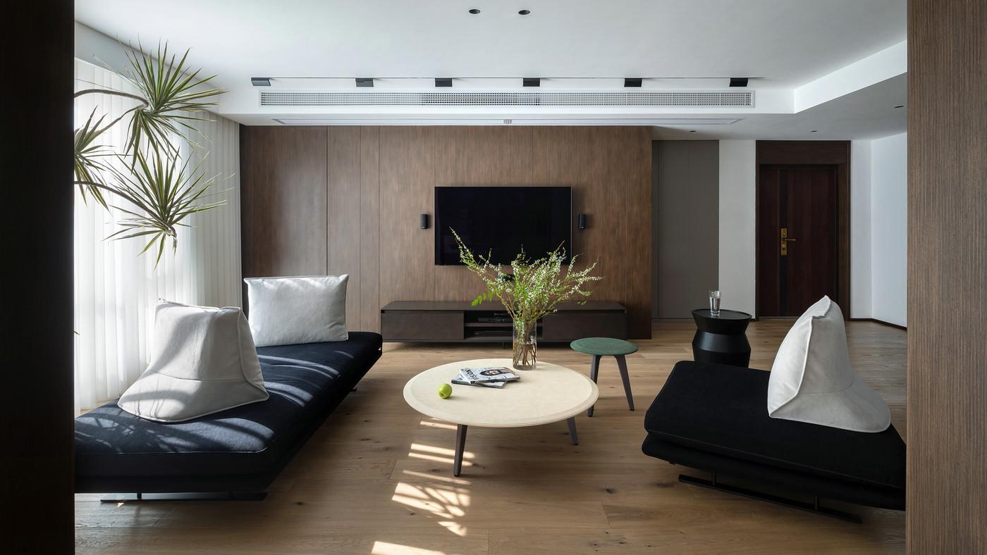 客厅简洁清透,整个空间用减法设计打造,家具造型无过多修饰。