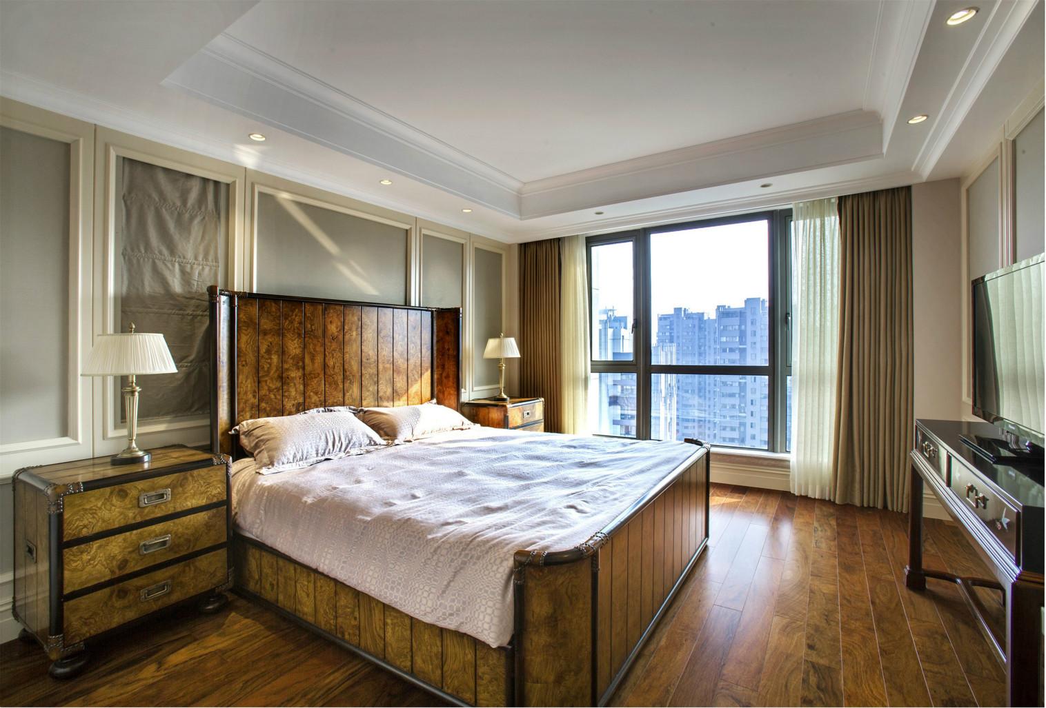 美式实木床头柜十分考究,暖色调的装饰画有助于调和舒适与温暖