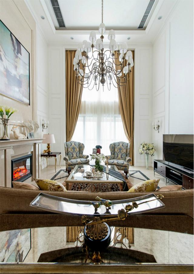 客厅顶部采用华丽的水晶灯池,营造了大气磅礴的气氛;顶高的玻璃窗,让室内空间光线十足。
