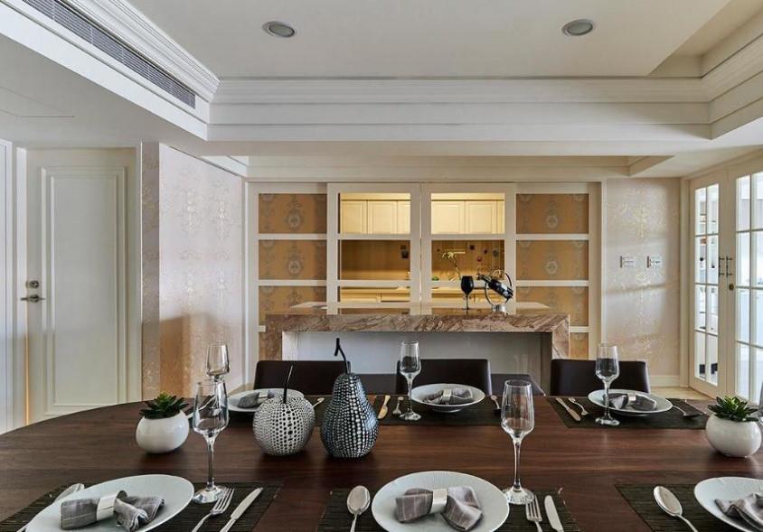 四片对称拉门采用虚实处理,临墙两侧门内衬壁纸隐藏冰箱与电视柜。