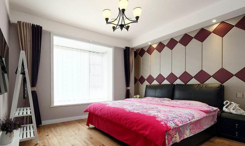 女主人一直想要个紫色的卧室,所以在设计中在硬包和窗帘上加入了紫色了元素,圆了女主人的心愿。