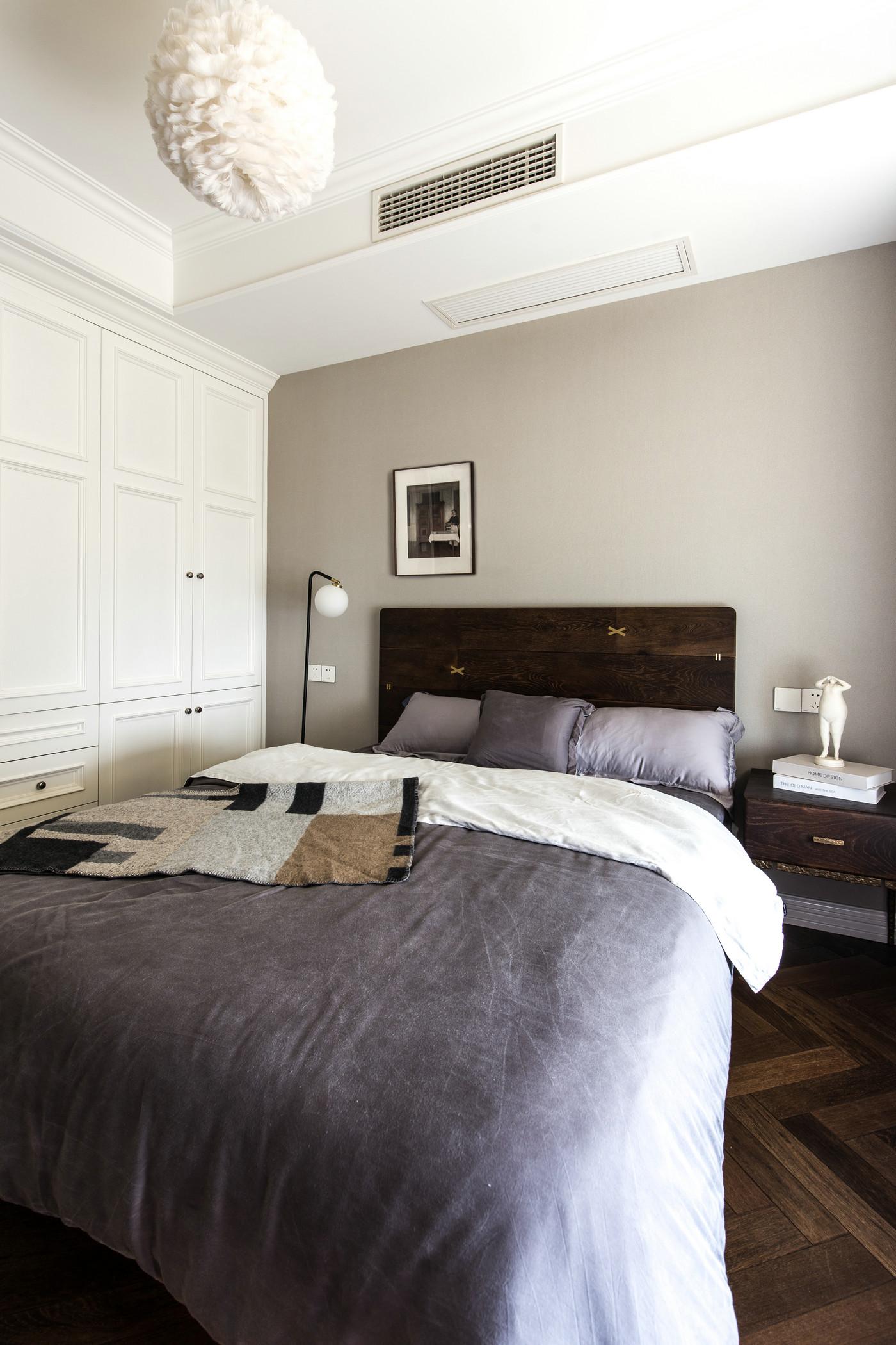 侧卧配色优雅,浅色背景中增添紫色床饰品,雅致、古朴的视觉效果油然而生。