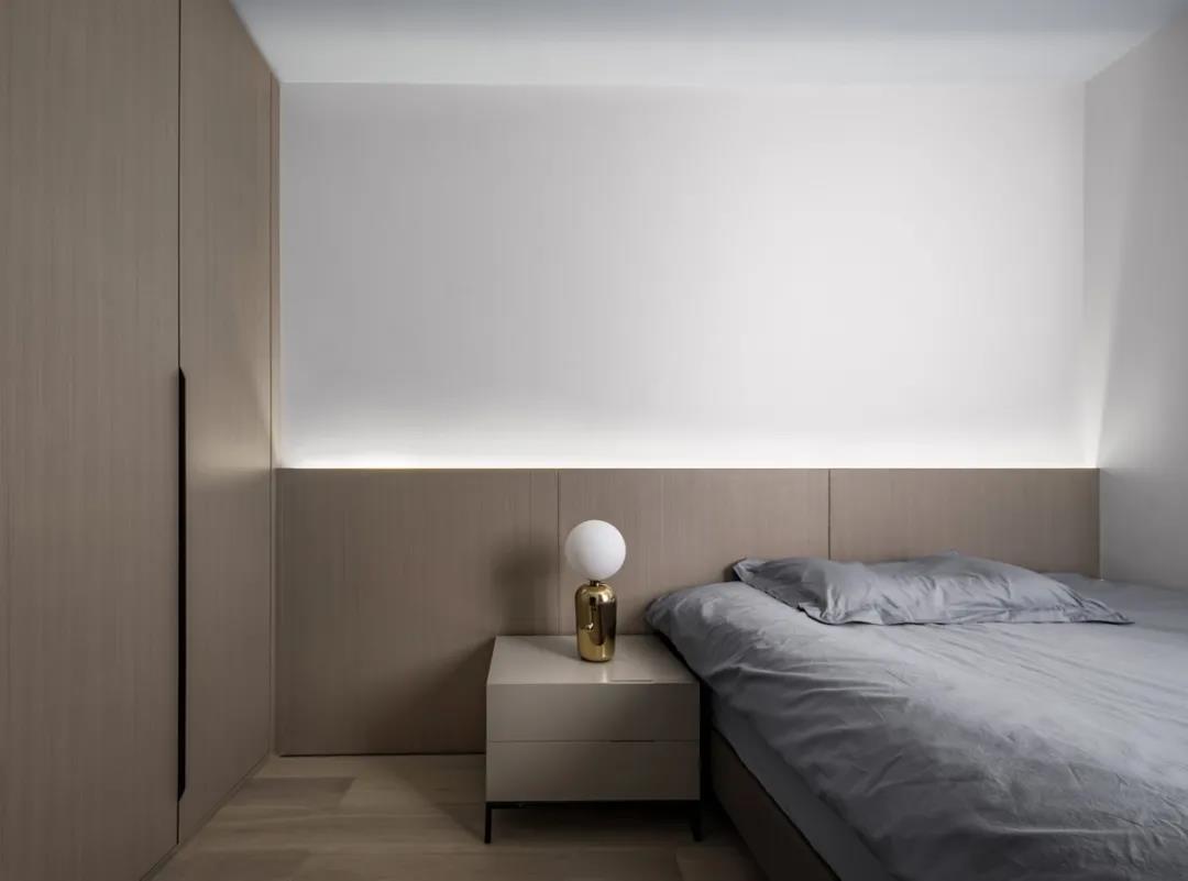 客臥以木質色爲主,滿足了業主對空間的審美需求,木板的自然紋理展示出溫馨的本質。