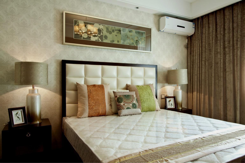 主卧室的设计比较简单,背景墙是浅色的,上边是好看的花艺挂画