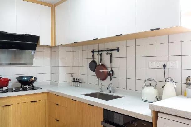 厨房空间动线设计合理,吊柜与橱柜分色设计,厨房空间尽显简洁光亮。
