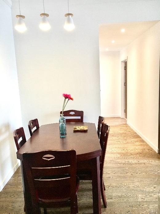 由于客餐厅连通,设计师推荐业主选择与客厅家具相同的深色系,相互呼应。
