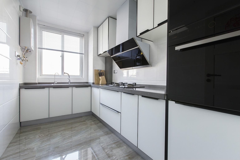 厨房是以白色为主,整个空间简洁明了,非常适合女主人施展厨艺