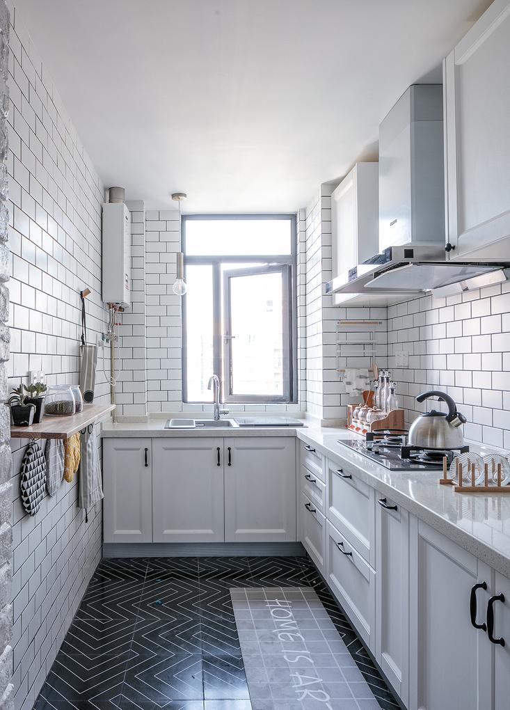 L型功能厨房,目前没有做门,处于半开放状态,不仅保证了空间透亮,更与餐厅形成良好的沟通对话。