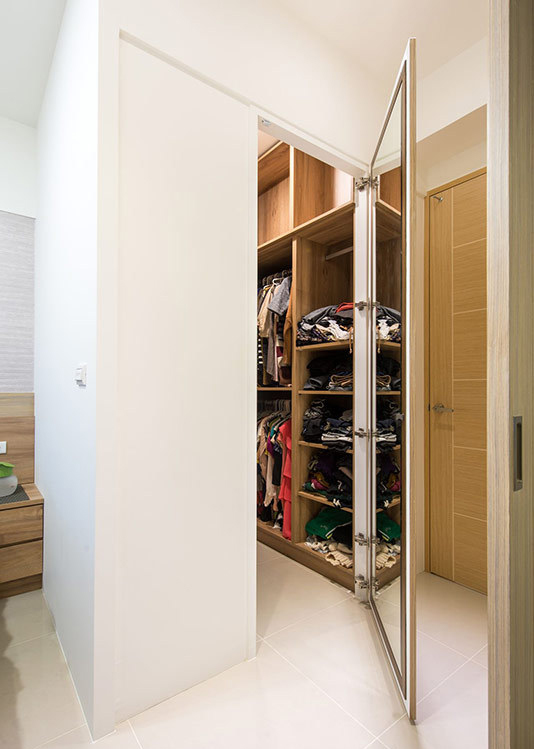 160cm宽的更衣间,内部彻底运用、规划三面收纳,满足屋主的衣物收纳需求外,也确保房内空间的整洁与清