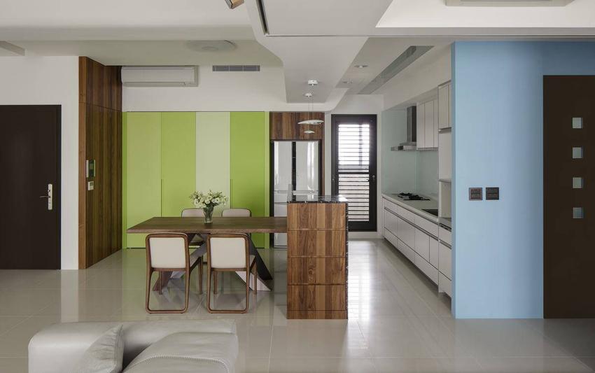 虚化餐厅、厨房的界线分野,透过备餐吧台延伸两端的机能使用。