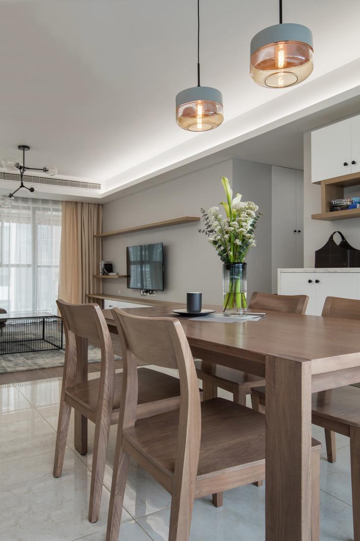客餐厅通过地砖和地板的不同铺装方式来划分区域。