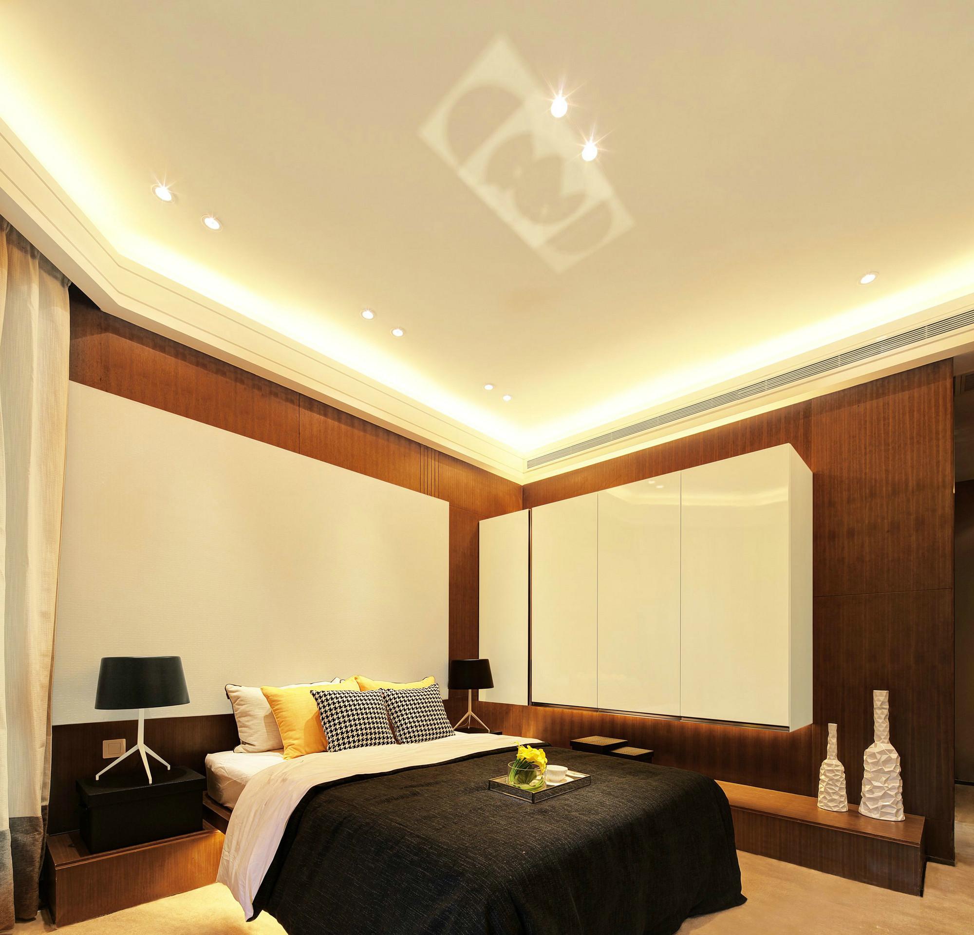 次卧背景墙的设计以及顶部的精致小灯的装饰,格外简约大气