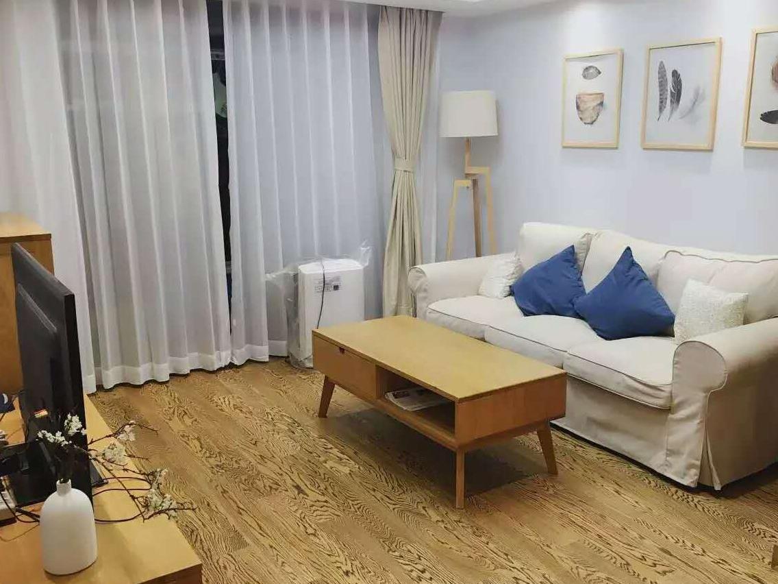 偏日式的简约风格,搭配木纹明显的地板,左下角白色瓷瓶里的梅花瞬间让整个空间变得充满自然气息。