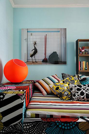 淡蓝色的空间里,被缤纷的色彩装扮起来,想法和灵感一点点地聚集、组合,最终成为令人愉快的角落。