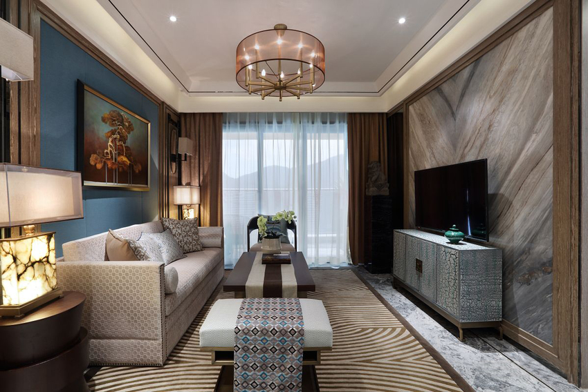 小户型客厅,布局传统方正。圆形的大灯和方正规整的客厅布置,暗合天圆地方的风水学。