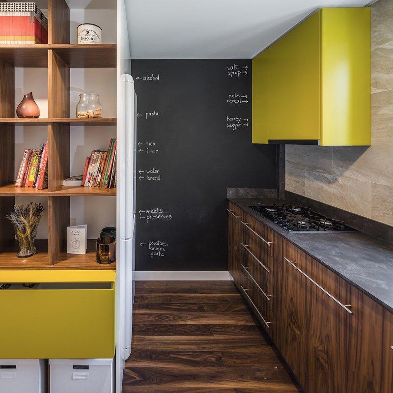 设计师十分注重小空间的储物性,所以在可利用的空间都通过储物柜将杂物进行收纳